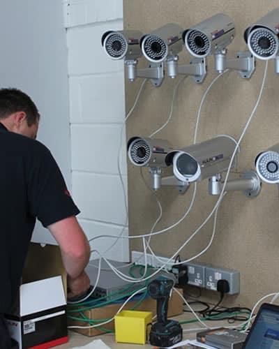 Técnico reparando cámaras de seguridad