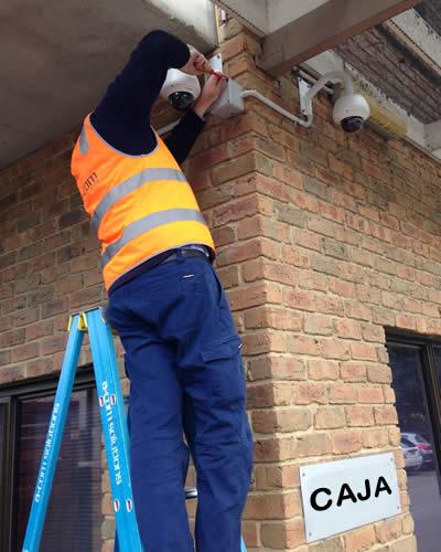 Técnico instalando cámaras de seguridad